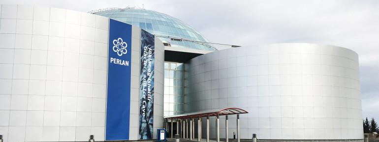 Das kuppelförmige Perlan mit seinen sechs Heißwasser-Tanks befindet sich auf einem Hügel nahe des Inlandsflughafens Reykjavík.
