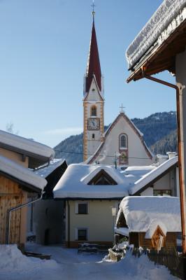 Blick auf die Pfarrkirche im Winter.