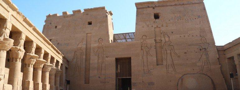 Typisch ägyptische Tempel-Architektur: Zwei Polynonen kennzeichnen den Eingang