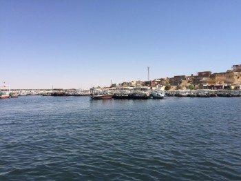 Von der Anlegestelle in Assuan geht es mit dem Motorboot zum Tempel