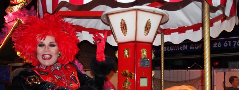 Einzigartige abendliche Show-Auftritte mit Travestie-Stars erwarten Besucher des Pink Christmas Weihnachtsmarktes.