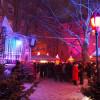 Rosa Lichteffekte beleuchten den schwul-lesbischen Weihnachtsmarkt am Stephansplatz in München.