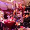 In den eleganten Pagodenzelten wird Traditionelles sowie Skurriles angeboten.