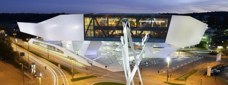 Der Eingang des Porsche-Museums und die prägende Skulptur auf dem Porsche-Platz.