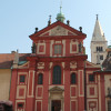 Auch die St. Georgsbasilika ist eine sehenswerte Kirche auf dem Burggelände.