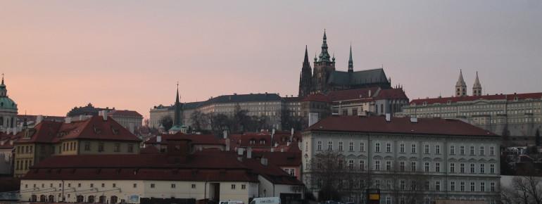 Mit den Türmen des St. Veitsdoms erhebt sich die Prager Burg über die Stadt.