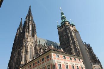 Die Türme des St. Veitsdoms prägen das Bild der Prager Burg.