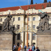 Hinter diesem Tor befindet sich unter anderem der Sitz des tschechischen Präsidenten.