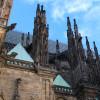Der St. Veitsdom beeindruckt mit seiner Architektur.