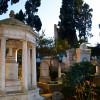 Umgeben von Pinien und Zypressen wirkt der Cimitero acattolico wie ein stiller Garten.