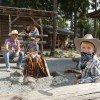 Camping mit der Familie in einer der authentischen Blockhütten