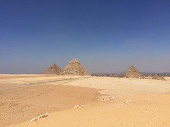 Die drei großen Pyramiden von Gizeh - im Hintergrund die Stadt Kairo
