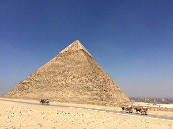 Entgegen vieler Vorstellungen befinden sich die Pyramiden nicht mitten in der Wüste, sondern nur wenige Kilometer von Kairos Zentrum entfernt