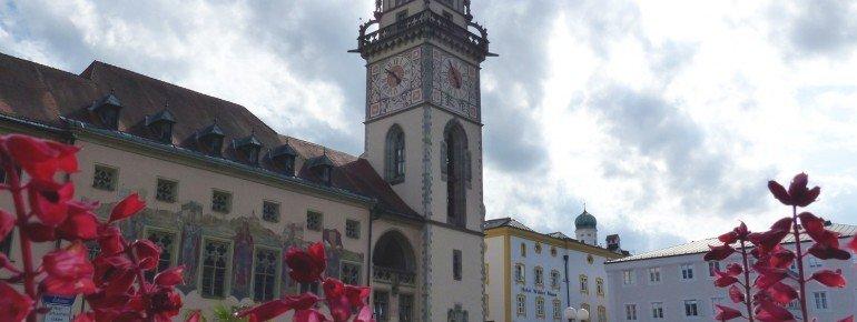 Rechts neben dem Alten Rathaus befindet sich das Neue Rathaus.