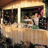 Die sieben Weihnachtshütten bieten Schmuck, Bastelwerk und Leckereien.