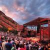 Blick auf die Bühne im Red Rocks Amphitheater. Jährlich finden hier mehrere Konzerte statt - und das vor einer atemberaubenden Naturkulisse.