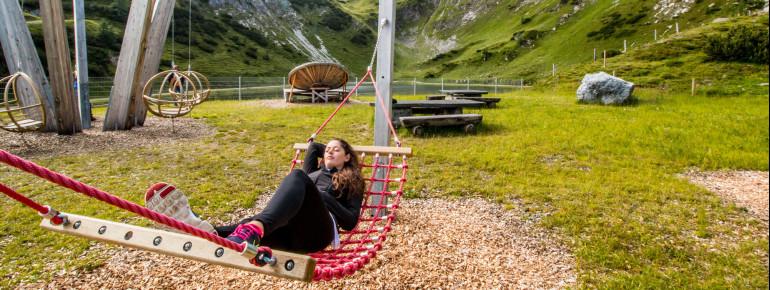 Relaxen kannst du in Hängematten am See.