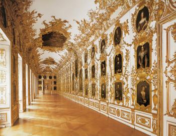 Die Ahnengalerie ist prunkvoll ausgestaltet mit vergoldeten Schnitzereien an den Wänden.