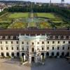 Der Schlossgarten grenzt direkt an das Schloss an.