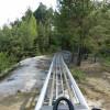 Auf der langen Sommerrodelbahn ist landschaftliche Abwechslung dauerhaft vorhanden.