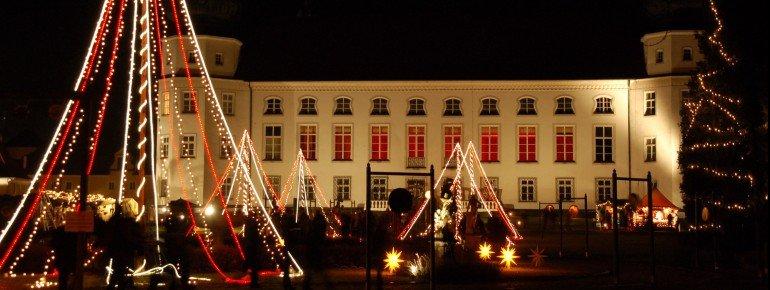 Mehr als 120 Kunsthandwerker bieten auf dem Schloss nahe Altötting ihre Waren feil.