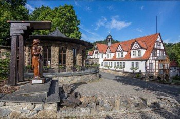 Blick in den Feengrottenpark mit Quellenhaus und Brunnentempel