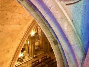 Blick in die Krypta der Sagrada Família. Die Gewölbedecke wurde von Gaudí so konstruiert, dass Licht hineinströmen kann.