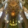 Blick in den imposanten Innenraum der Sagrada Família.