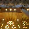 Buntes Fensterglas lässt den Innenraum der Kirche in unterschiedlichstem Licht erstrahlen.