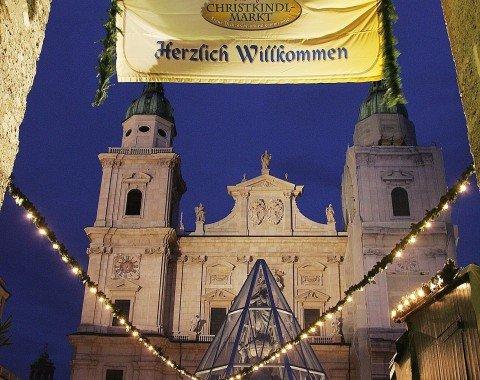 Der festlich geschmückte Eingang zum Christkindlmarkt Salzburg