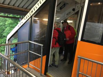 Ein Schrägaufzug bringt die Besucher hinauf auf den Berg.