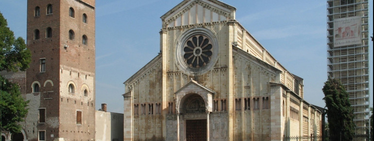 Die Kirche mit ihren zwei Türmen