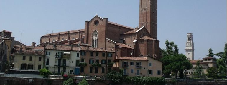 Die Kirche von der anderen Seite des Flusses