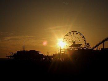 Das Santa Monica Pier bei Sonnenuntergang