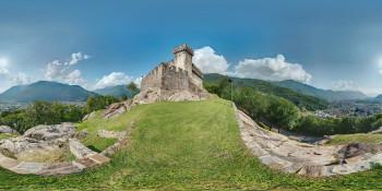Mit seiner geometrischen Bauweise ist Sasso Corbaro ist ein typsiches Sforza Schloss.
