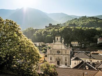 Als hinterste der drei Burgen überragt Sasso Corbaro die Stadt Bellinzona.