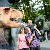 Der Saurierpark wartet mit 200 lebensgroßen Dinosaurierstatuen auf.