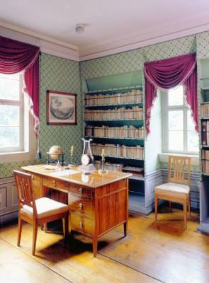 Schillers Arbeitszimmer ist weitgehend mit seiner originalen Einrichtung ausgestattet.