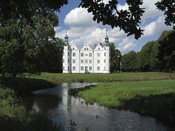 Das Schloss Ahrensburg bietet ein besonderes Ferienprogramm an und lädt alle Kinder mit ihren Familien ein,das Schloss ganz neu zu entdecken.