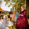 Beim jährlichen kaiserlichen Gartenfest spazieren Kostümgruppen durch die Parkanlage.