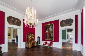 """Der Raum, das """"Rote Zimmer"""", ist so eingerichtet, wie ihn Fotografien des frühen 20. Jahrhunderts dokumentierten."""