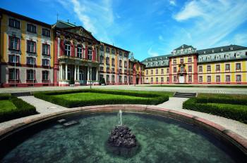 Drei Flügel des 1720 als Residenz der Speyerer Fürstbischöfe gegründeten Schlosses umschließen den Ehrenhof.