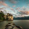 Das Schloss Chillon liegt auf einer Felseninsel am Genfer See.