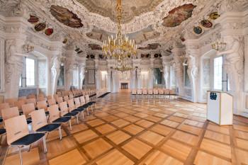 Im Riesensaal befinden sich 28 imposante Atlasfiguren, von denen seine Decke getragen wird.