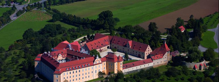 Die Schlossanlage Ellwangen befindet sich auf einem Hügel oberhalb von Ellwangen.