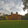 Schloss Favorite liegt idyllisch von einem weitläufigen Park umgeben.
