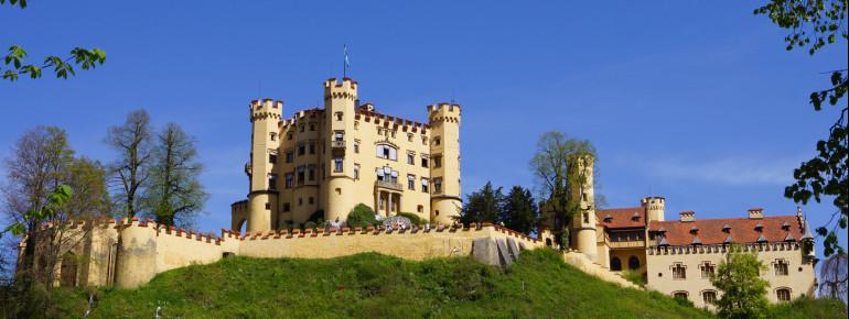 Das Schloss Hohenschwangau liegt oberhalb des Alpsees.
