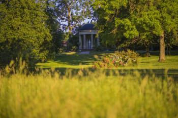 Blick auf den Luisentempel im Schlosspark