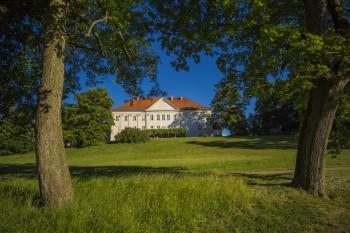 Idyllische Lage des Schlosses Hohenzieritz