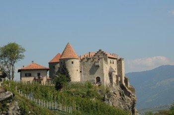 Hoch oben auf einem Hügel thront das malerische Schloss Kastelbell.
